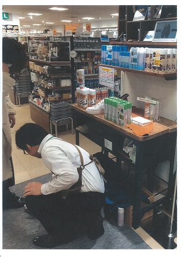 靴磨きクリーナーの実演販売